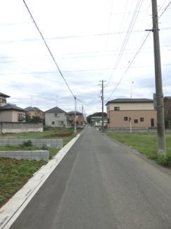 南西側道路の写真です。左側が当該物件です。