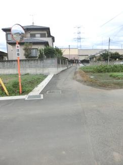南東側道路の写真です。左側が当該物件です。