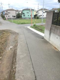 南東側道路の写真です。右側が当該物件です。