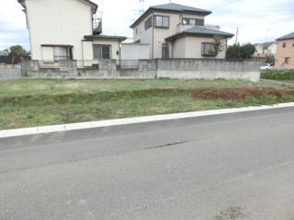 南西側道路から別の角度で撮影した外観です。