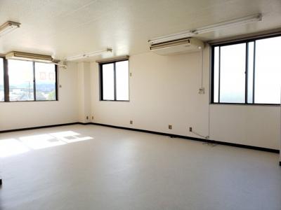 窓が多いので室内明るいです 小川ビル