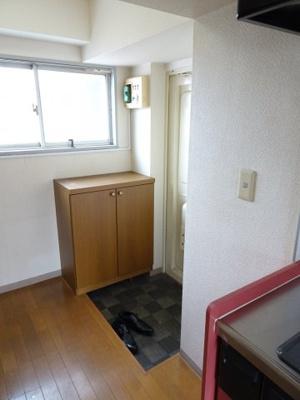 根岸武蔵野マンション 玄関にはシューズボックスがあります