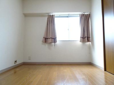 根岸武蔵野マンション 洋室4.5帖(キッチン側から)