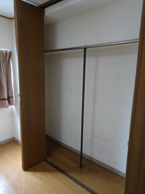 根岸武蔵野マンション 洋室4.5帖の収納スペース(奥行きの狭いクローゼットタイプ)