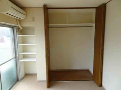 根岸武蔵野マンション 洋室6帖の収納スペース(約1帖分のクローゼットと隣に棚があります)