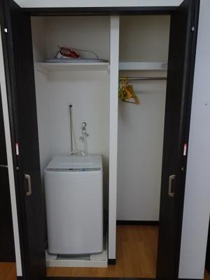大場ビル LDKにある洗濯機置き場&クローゼット 扉で隠せるようになってます。