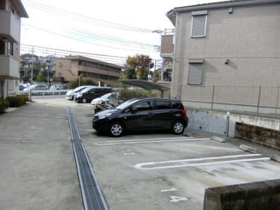 いつでも目の届く敷地内に駐車場があります♪荷物がかさばりがちなお買物にも、敷地内駐車場があると便利ですよね☆