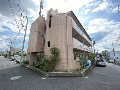 小田急線多摩線「五月台」駅より徒歩1分!鉄筋コンクリートの3階建てマンションです♪駅近のお部屋をお探しの方におすすめです☆