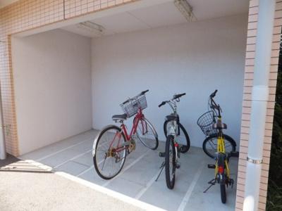 屋根付きの駐輪場で雨が降っても大切な自転車が濡れなくてすみます♪お買物に自転車を利用するのも良いですよね☆