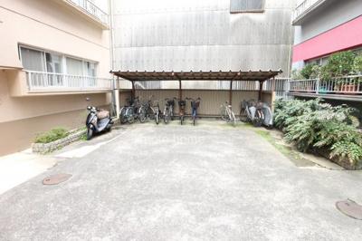 屋根付き・駐輪バイク置き場