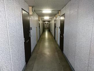 共用廊下は屋根があります。
