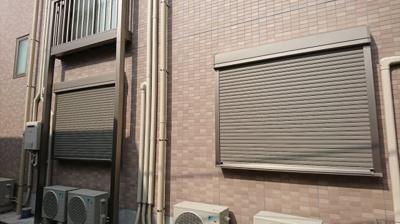 窓の外側にシャッターがございます。