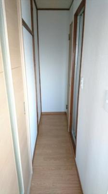 洗濯機置場より廊下を撮影。 奥からトイレ、バスルームとなります。