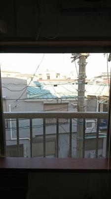 キッチンの窓より撮影 前面が通りとなっておりますので、風通しは良好です。