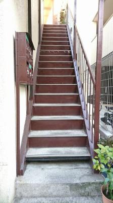 外観画像の右側に写っていた階段です。 集合ポストございます。