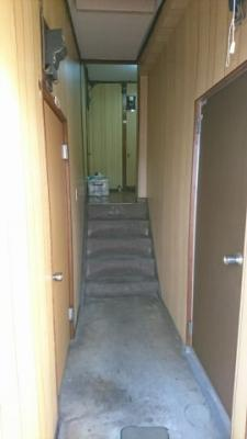 階段を上がりますと廊下へ続き、画像中央の階段を上がっていただきますとホールになっております。そこから