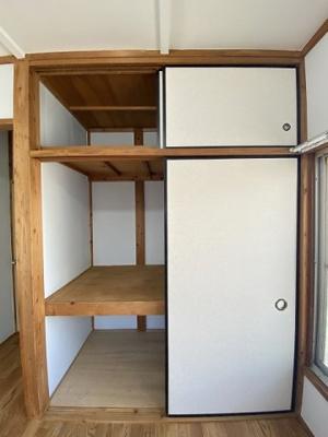 洋室4.5帖のお部屋にある収納スペースです!扇風機やストーブ、お雛様やクリスマスツリーなどの季節物もキレイに片付きそう♪