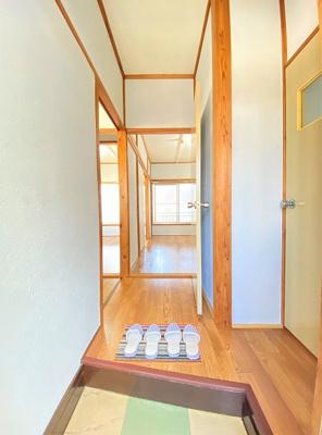 玄関から室内への景観です!左手にキッチン、右手にトイレ、正面に洋室6帖のお部屋があります☆