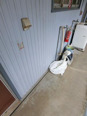 玄関横にある洗濯機置き場です!専用のカバーも売っているのでこれを使えば洗濯機が雨に濡れません♪