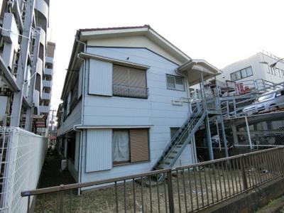 コンビニやドラッグストアが近くて生活に便利な立地のアパート♪ブルーライン「新羽」駅より徒歩圏内です☆