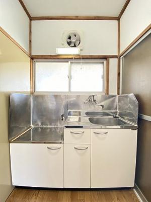 ガスコンロ設置可能のキッチンです!☆場所を取るお鍋やお皿もすっきり収納できます!窓があるので換気もOK♪