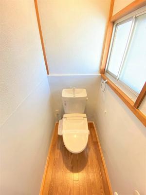 人気のシャワートイレ・バストイレ別です♪横にはタオルを掛けられるハンガーもあります♪窓のあるトイレで換気もOK☆嫌なニオイがこもりません♪
