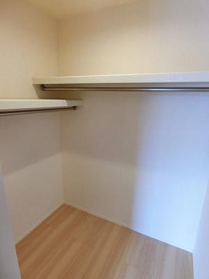 洋室6.1帖のお部屋にあるウォークインクローゼットです♪棚が2段+ハンガーラックでたっぷり収納出来ます☆