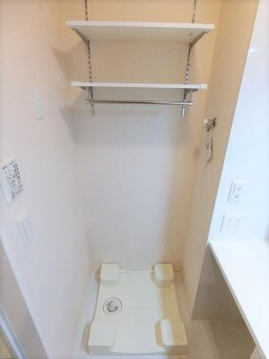 洗面所内にある室内洗濯機置き場です♪防水パンが付いているので万が一の漏水にも安心です! 上部には便利な収納棚付き♪