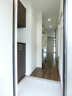 玄関から室内への景観です!キッチンの奥に洋室8帖のお部屋があります♪扉があるので冷暖房効率が良いですね♪
