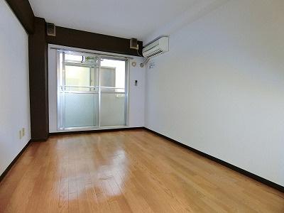 バルコニーに繋がる南西向き洋室6帖のお部屋です!エアコン付きで1年中快適に過ごせますね☆壁にはピクチャーレールがあり、絵や写真が飾れます☆ハンガー掛けとしても便利!