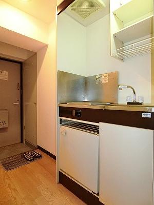 白を基調としたキッチンです!場所を取るお鍋やお皿もすっきり収納できます♪便利なミニ冷蔵庫も付いています♪