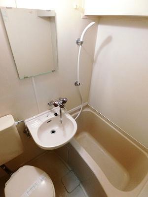 浴室暖房乾燥機付きバスルームです♪ユニットバスでお掃除らくらく☆浴室内に洗面台・トイレ付きです♪お風呂に浸かって一日の疲れもすっきりリフレッシュ♪