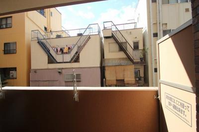 ビルやマンション街になりますので、どうしてもパーッと開けた景色になりにくいのですが、立地重視で見て頂けると嬉しいです。