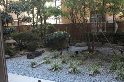エントランスの奥には、こんな感じにちょっとしたお庭があるので、癒しの空間にもなっているのが嬉しいですね☆