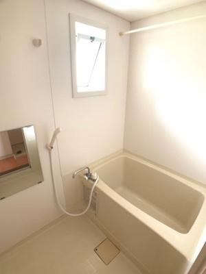 浴室です。窓がありますので換気もバッチリです(^^)
