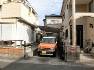 駐車スペースの写真です。2台駐車可能です。奥側にはカーポートがあります。