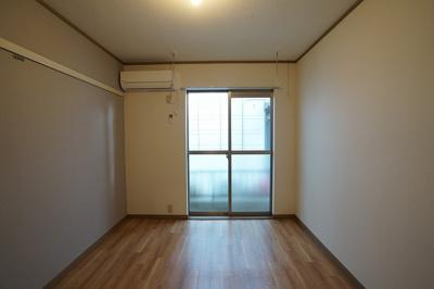 エアコン・ホスクリーン・ピクチャーレールを設置しているお部屋です。