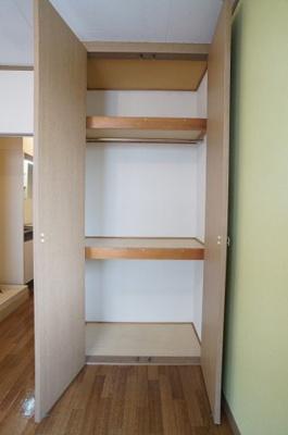 天井高まである収納は、片付けが楽にできます。ハンガーパイプも設置していますので、洋服の整理に便利です。