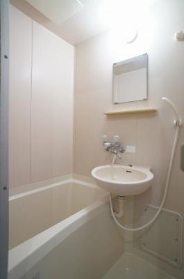 洗面ボウルそしてミラーキャビネットのある浴室です