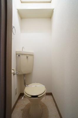 シンプルなトイレです。棚も新しく設置致しました。片付けに便利です。