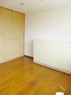 落ち着いた色調の寝室です。ユキパレス