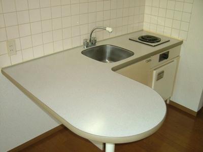 キッチンに台が付いているのでこちらで食事が出来ます。ユキパレス
