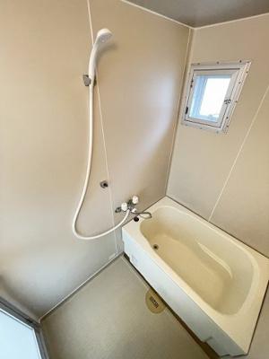 清潔感のある浴室です♪ゆったりお風呂に浸かって一日の疲れもすっきりリフレッシュできますね☆換気のできる小窓付きです!
