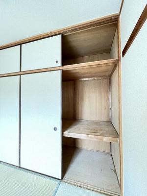 和室6帖のお部屋にある天袋付き押入れです!押入れは寝具など、かさ張りやすいものの収納にぴったりです☆
