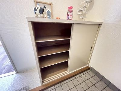 シューズボックスがあるので靴が散らからずいつでも玄関すっきり♪上部は飾り棚や小物置き場として活用できます◎
