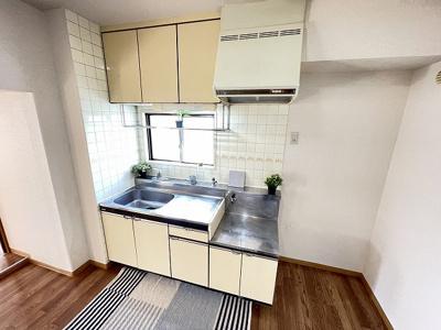 換気のできる窓のあるキッチンはガスコンロ設置可能☆場所を取るお鍋やお皿もすっきり収納できてお料理がはかどりますね!