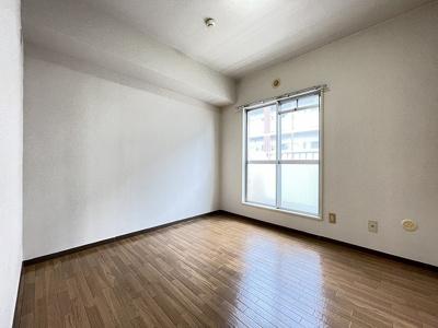 サービスバルコニーに繋がる洋室4.8帖のお部屋です!子供部屋や書斎など多用途に使えそう♪