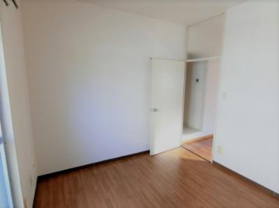 洋室4.8帖、窓側からの眺めです!ベッドを置いて寝室にするのも良いですね♪