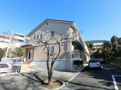 小田急線「柿生」駅より徒歩4分!便利な立地の2階建てパートです♪スーパーやコンビニが近くて便利な住環境です☆