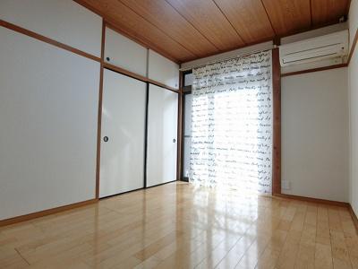 南西向き洋室6帖のお部屋です!エアコン付きで1年中快適に過ごせますね☆フローリングなのでお手入れもラクラク♪